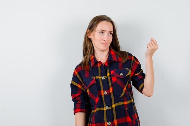 Ausdrucksstarke junge dame posiert im studio