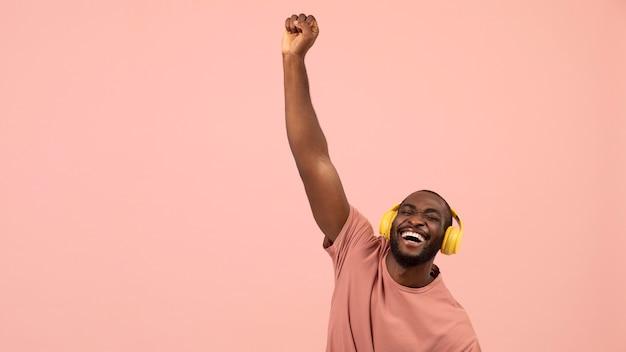 Ausdrucksstarker afroamerikaner, der musik hört