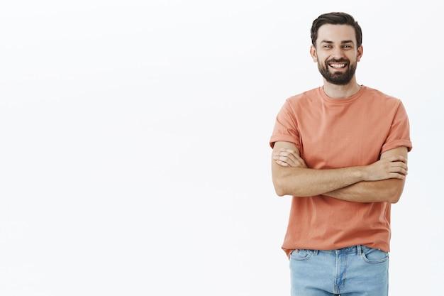 Ausdrucksstarker bärtiger mann im orangefarbenen t-shirt