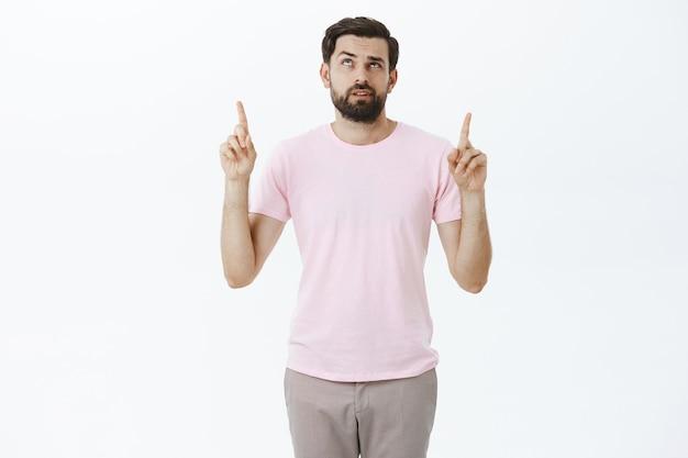 Ausdrucksstarker bärtiger mann im rosa t-shirt