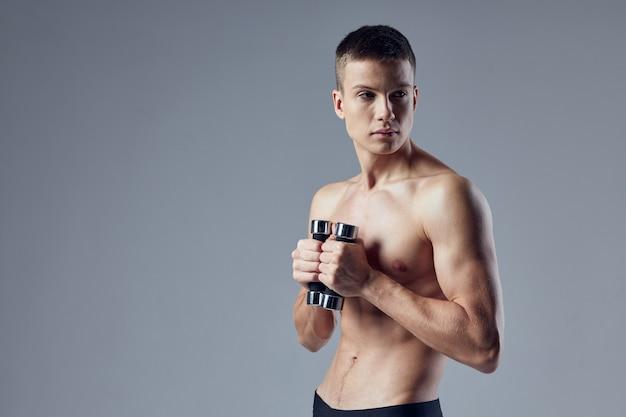 Ausdrucksstarker hübscher junger mann posiert