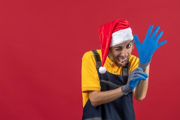Ausdrucksstarker junger mann posiert für winterferien