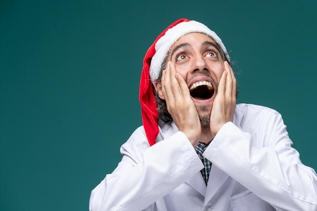 Ausdrucksstarker junger mensch posiert für den winterurlaub