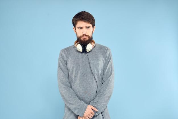 Ausdrucksstarker mann, der im studio aufwirft