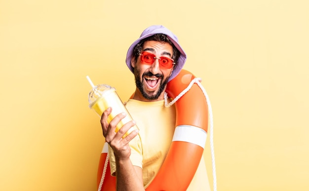 Ausdrucksstarker verrückter bärtiger mann mit hut und sonnenbrille. urlaubskonzept