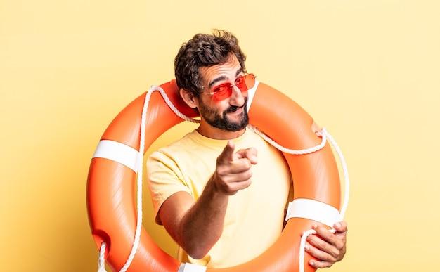 Ausdrucksstarker verrückter mann, der auf die kamera zeigt, die sie wählt. rettungsschwimmer-konzept