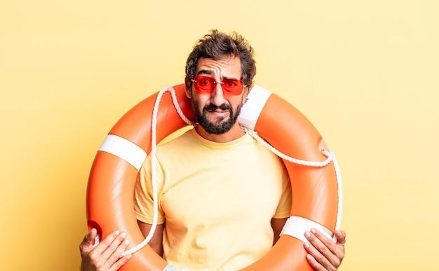 Ausdrucksstarker verrückter mann, der sich traurig und weinerlich mit einem unglücklichen blick und weinen fühlt. rettungsschwimmer-konzept