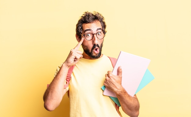 Ausdrucksstarker verrückter mann, der überrascht aussieht und einen neuen gedanken, eine neue idee oder ein neues konzept realisiert. konzept für erwachsene schüler