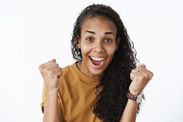 Ausdrucksstarkes afroamerikanisches mädchen im braunen t-shirt