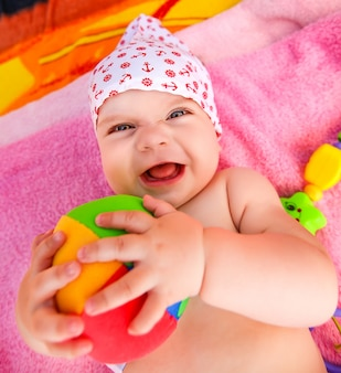 Ausdrucksstarkes baby mit ball