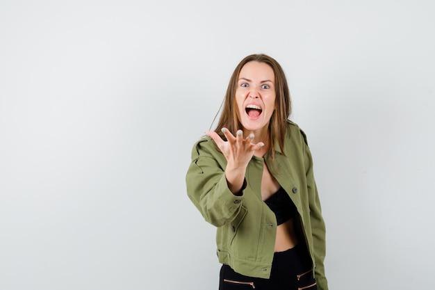 Ausdrucksstarkes junges mädchen posiert im studio