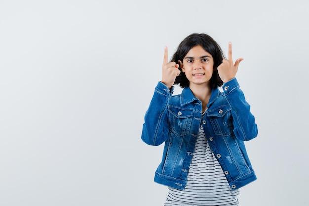 Ausdrucksstarkes junges mädchen posiert