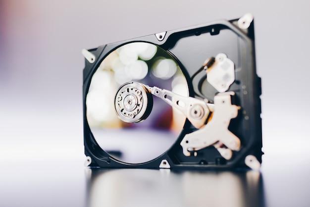 Auseinandergebaute festplatte vom computer, hdd mit spiegeleffekt.