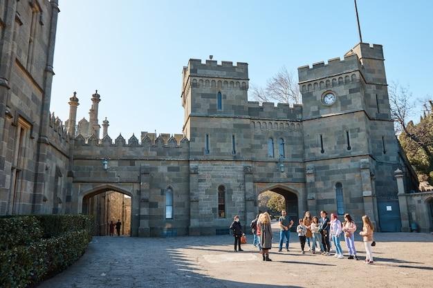 Ausflug zur mittelalterlichen burg, zum palast, zur steinstraße, zum innenhof des palastes, die leute hören dem führer zu
