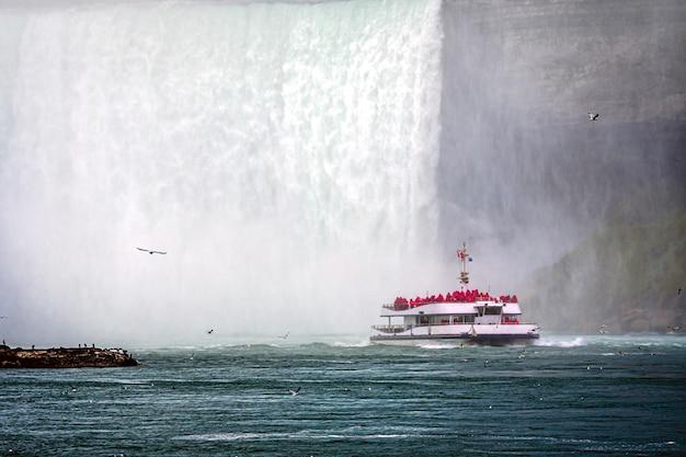 Ausflugsboot im nebel unter den horseshoe falls am niagara river