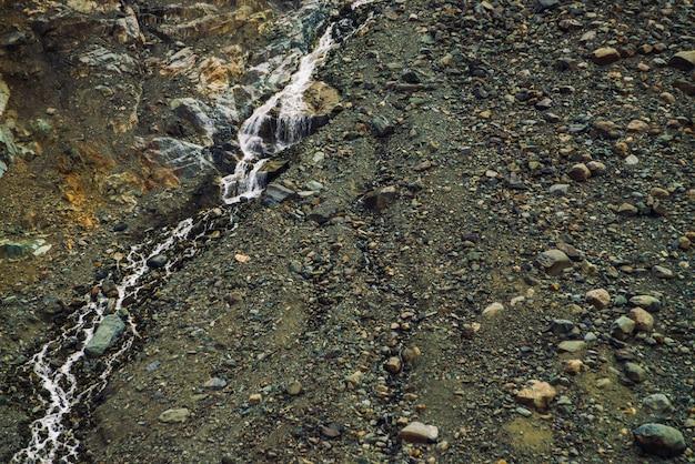 Ausführliche natürliche beschaffenheit der steigung von den losen steinen.