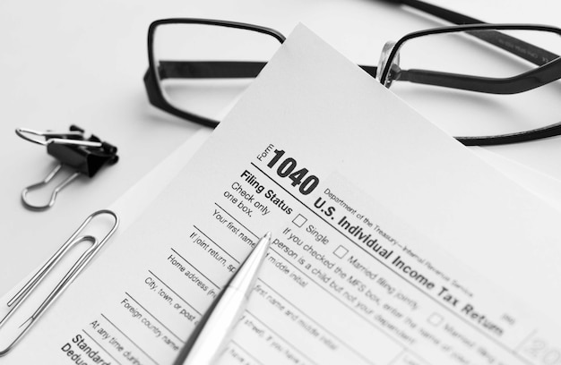 Ausfüllen des steuerformulars 1040. standardformular für die us-einkommensteuererklärung.