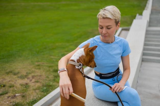 Ausgebildeter intelligenter hund, der nahrung vom menschen nimmt