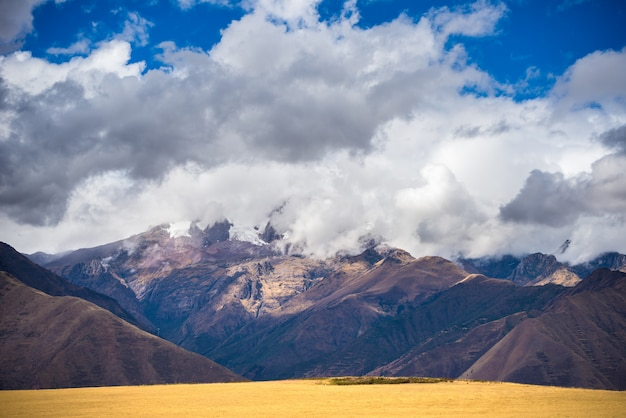 Ausgedehnte ansicht des heiligen tals, peru von pisac inca-standort, hauptreiseziel in cusco-region, peru. dramatischer himmel.