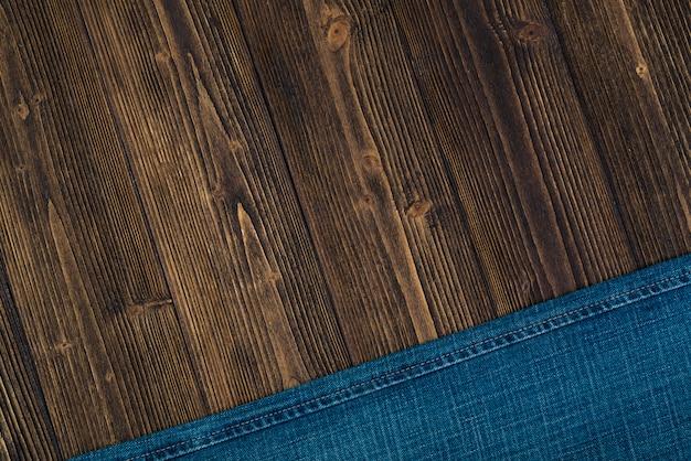 Ausgefranste jeans oder blue jeans-denim auf holz