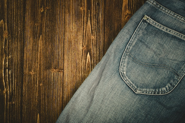 Ausgefranste jeans oder blue jeans denim auf holz