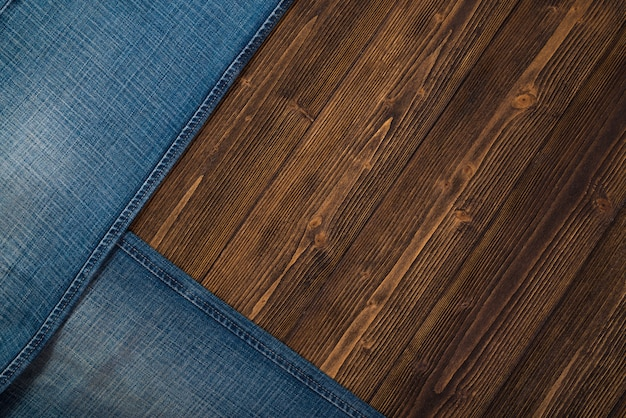 Ausgefranste jeans oder blue jeans-denimsammlung auf holz