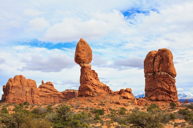 Ausgeglichener felsen an der bogen-nationalparklandschaft.