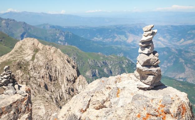 Ausgeglichener steinstapel in der natur.