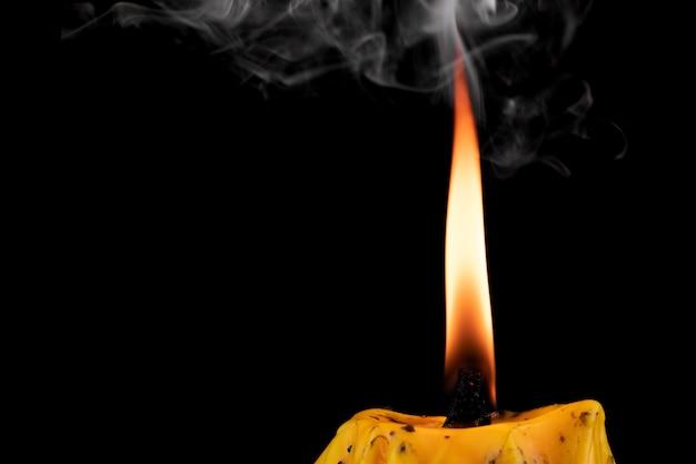 Ausgelöschte kerze mit rauch kommt bei schwarz vor