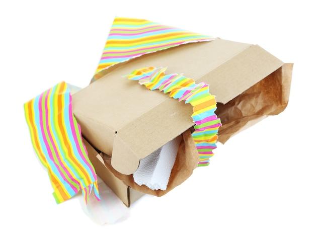 Ausgepackte geschenkbox isoliert auf weißer oberfläche