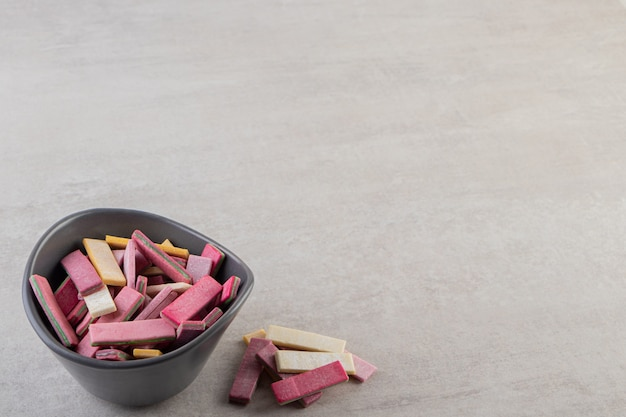 Ausgepackte zuckerfreie kaugummistangen auf einem steintisch.