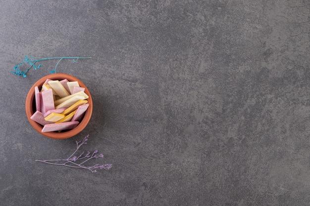 Ausgepackte zuckerfreie kaugummisticks in eine schüssel geben.