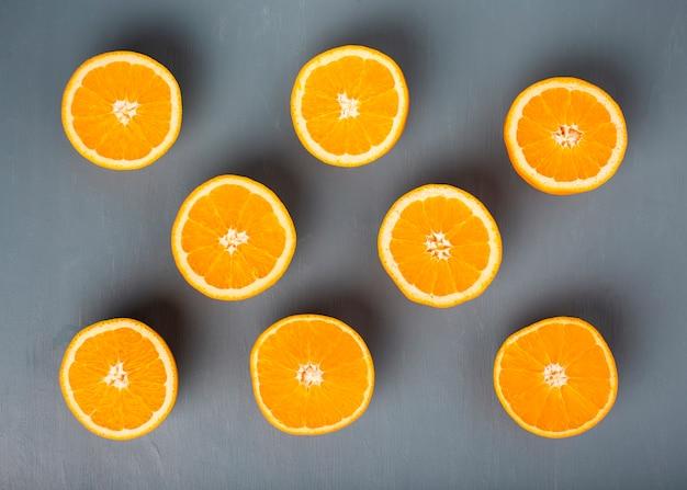 Ausgerichtete orange zitrusfrüchte auf tabelle