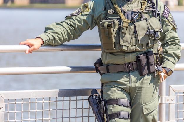 Ausgerüsteter fliegenklatschsoldat, der auf einem peir steht