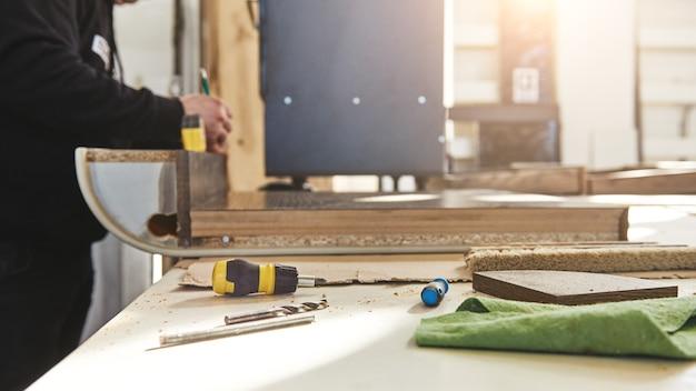Ausgeschnittene aufnahme eines handwerkers, der an seinem arbeitsplatz arbeitet