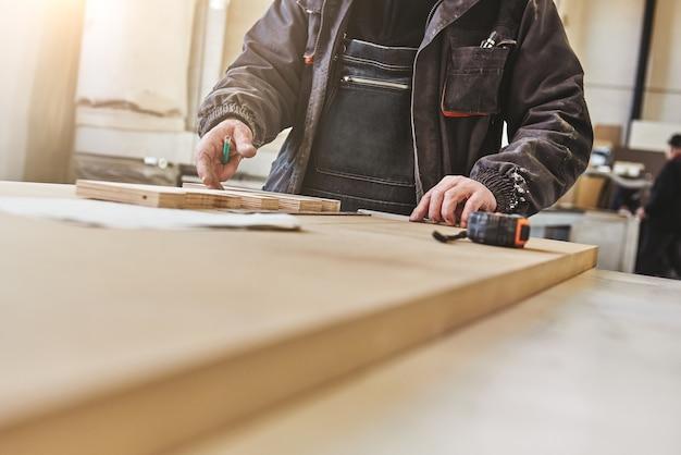 Ausgeschnittenes bild eines handwerkers, der an seinem arbeitsplatz arbeitet