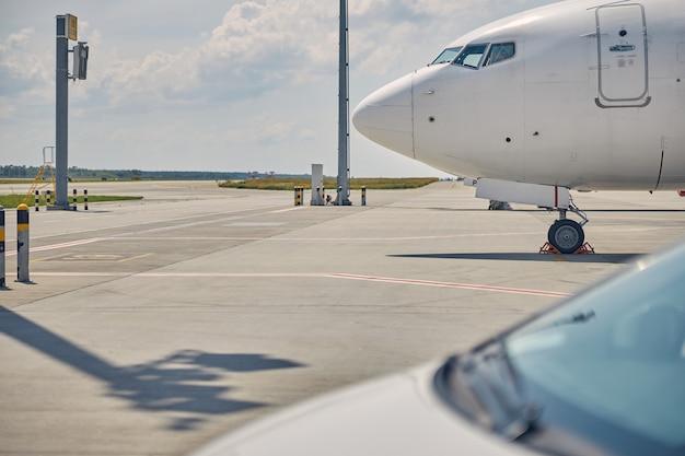 Ausgeschnittenes foto eines großen zivilflugzeugs mit unterlegkeilen um sein fahrwerk landing