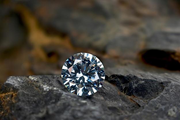 Ausgewählte diamanten in der zange auf dem klavierhintergrund