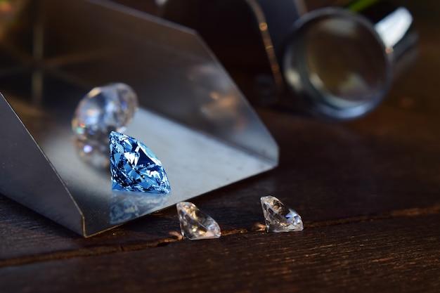 Ausgewählte diamanten sind klar und sauber. schön auf dem holzboden