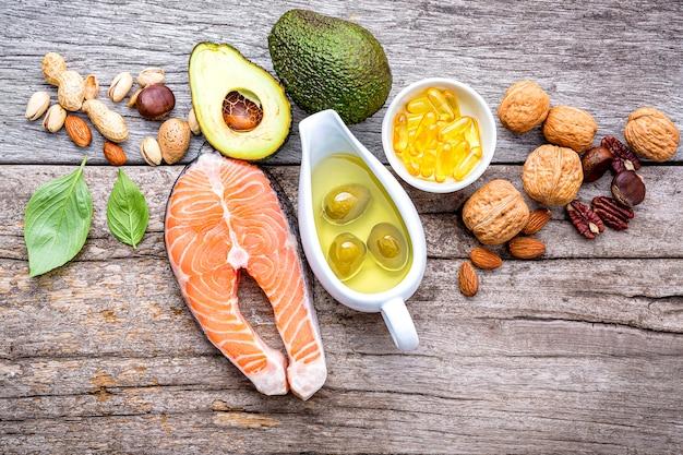 Ausgewählte nahrungsquellen für omega-3-fettsäuren und ungesättigte fettsäuren.