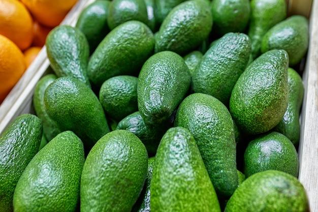 Ausgewählte reife avocadokästen. kisten mit avocado. tageslicht. von oben betrachten. horizontal