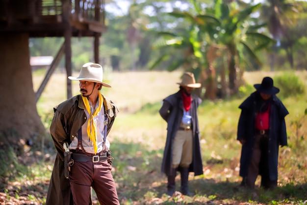Ausgewählter fokus auf cowboys im ackerland