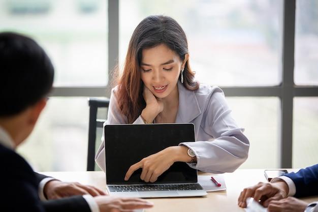 Ausgewählter fokus auf diskutierende geschäftsfrauen und konzentrierte sich auf laptop-präsentationen bei meetings.