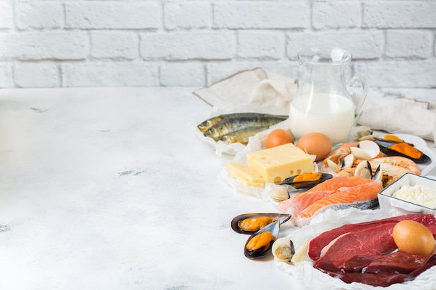 Ausgewogene ernährung, gesundes ernährungskonzept. nahrungsquellen reich an vitamin b12, cobalamin auf einem küchentisch