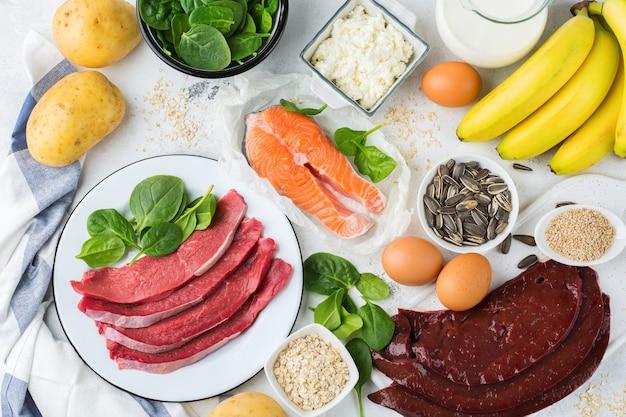 Ausgewogene ernährung, gesundes ernährungskonzept. nahrungsquellen reich an vitamin b6, pyridoxin auf einem küchentisch. draufsicht flach legen hintergrund