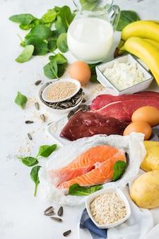 Ausgewogene ernährung, gesundes ernährungskonzept. nahrungsquellen reich an vitamin b6, pyridoxin auf einem küchentisch