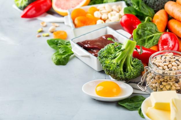 Ausgewogene ernährung, gesundes konzept für saubere ernährung. auswahl an vitamin-a-reichen nahrungsquellen auf einem küchentisch. raumhintergrund kopieren