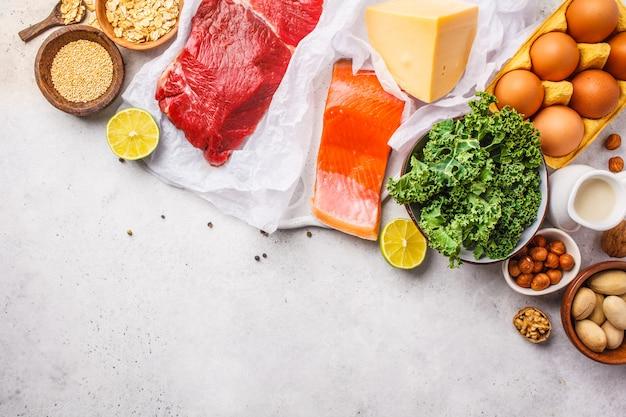Ausgewogene ernährung lebensmittel hintergrund. eiweißnahrung: fisch, fleisch, eier, käse, quinoa, nüsse