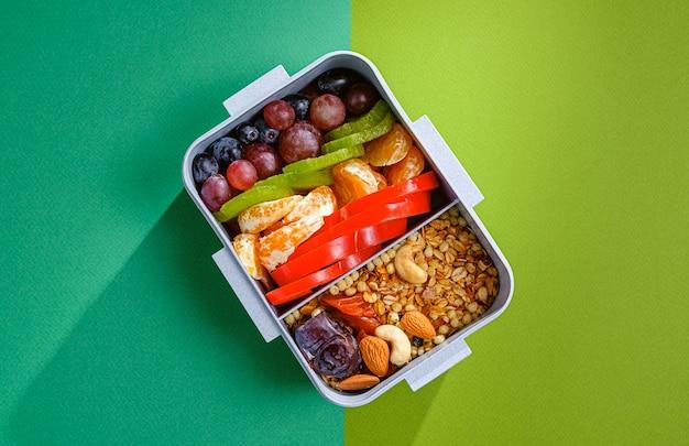 Ausgewogene sporternährung in einer lunchbox.