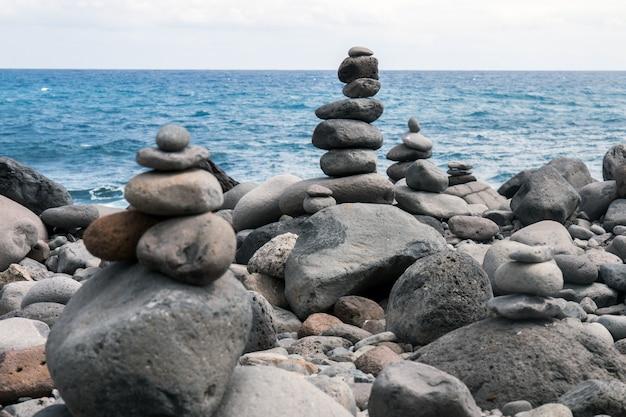 Ausgewogene steine am strand